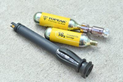 電動式コンポーネントのバッテリーは手荷物として機内持ち込み可能。CO2インフレターは1本容量50ml未満は4本まで機内持ち込み・預けが可能