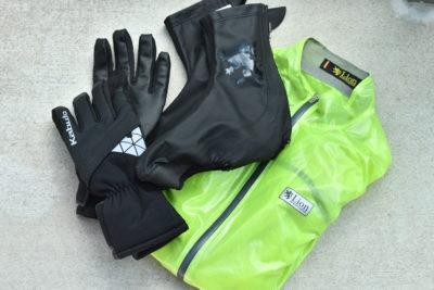 レインウエア、防寒グローブとシューズカバーは雨天時の必須アイテム