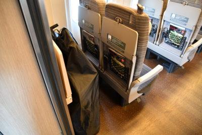 新幹線最後尾座席シートの裏側に輪行袋を収納できる