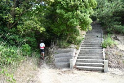 神社の左手の藪の小道へ
