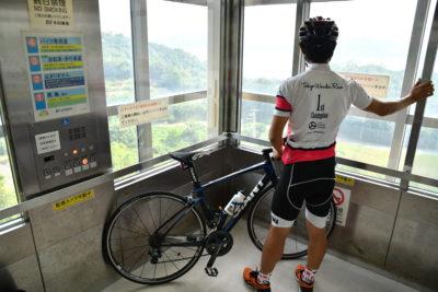 自転車と一緒にエレベーターに乗れる