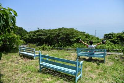 海を眺めるベンチでくつろぐ