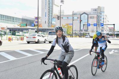 富山駅前を出発する日向涼子さんと今中大介さん