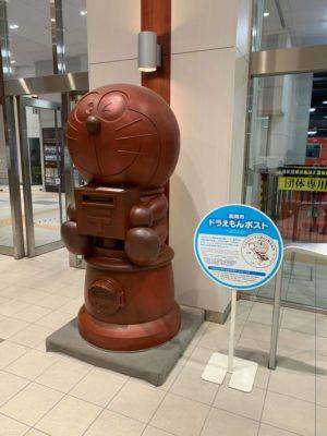 高岡駅にある「ドラえもんポスト」