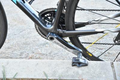 クランクを逆回転させてペダルが縁石の上面に当たるまで回す