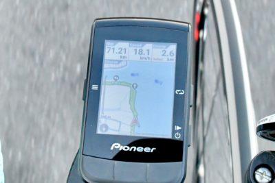 パイオニア新型GPSサイクルコンピューター「SGX-CA600」ゴールまでの残り距離を画面右上に表示した例