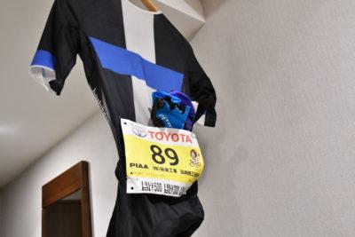 前日のうちに翌日レースで着用するジャージにゼッケンを装着しておこう